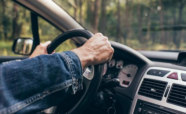 Как правильно крутить руль автомобиля при повороте