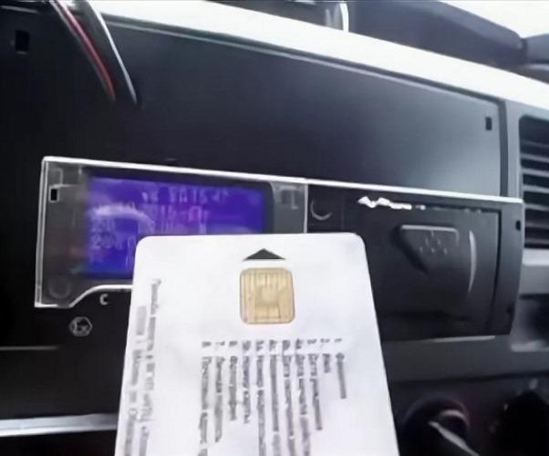 В каких случаях водитель может извлечь карту из тахографа?
