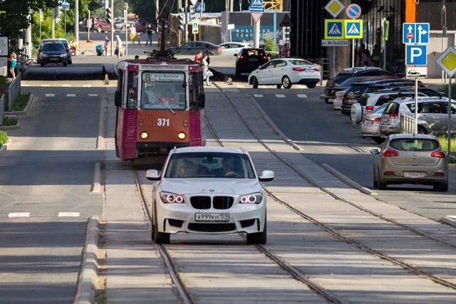 ГИБДД пояснила автомобилистам, как ездить по трамвайным путям, в связи с решением ВС