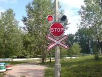 Железнодорожный переезд со шлагбаумом и без: правила проезда в 2021 году, знак