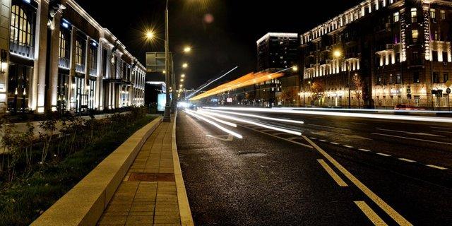 В Госдуме предложили разрешить ночью ездить по выделенным полосам